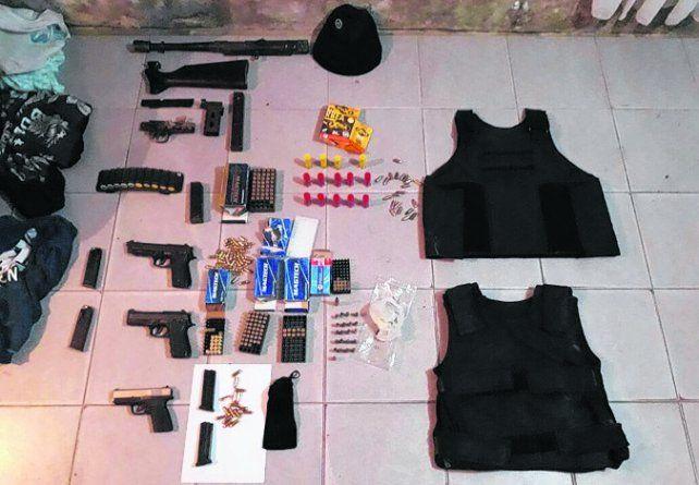 Tres pistolas y una ametralladora hallada en casa de uno de los acusados.