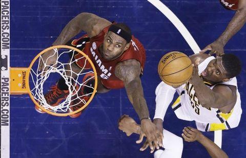 Roy Hibbert tira ante la marca de LeBron James. (Foto: AP)