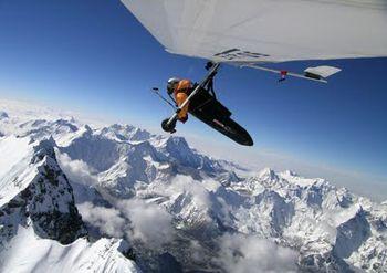 Paracaidistas logran récord de aterrizaje a más altura en el monte Everest
