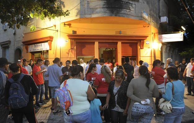 Festejo. Clientes y militantes del FTV se reunieron en la esquina de J. M. de Rosas y Riobamba.