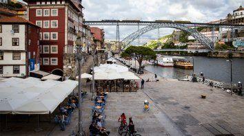 Terrazas a la orilla del Duero en Oporto. Portugal tiene una de las tasas de contagio más bajas de Europa pese al levantamiento parcial de las restricciones introducido en las últimas semanas.