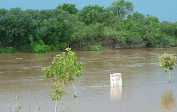 Al acecho. Las aguas del río corren torrentosas y ya llegan a la estructura inferior del puente en Carcarañá.