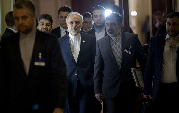 Tensión. El iraní Ali Akbar Salehi (segundo izquierda) al ingresar anoche a una nueva ronda para hallar un acuerdo.