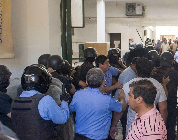 La Gobernación catamarqueña fue ocupada por policías que reclaman un básico de 12.000 pesos.