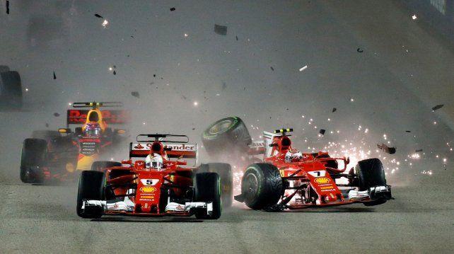 Vettel y Raikkonen chocaron en los primeros metros.