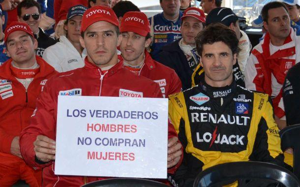Pilotos. Integrantes de los distintos equipos posaron con un cartel.