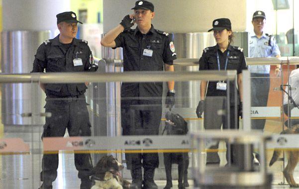 Alerta. Policías revisan la terminal tras la explosión que no dejó heridos.
