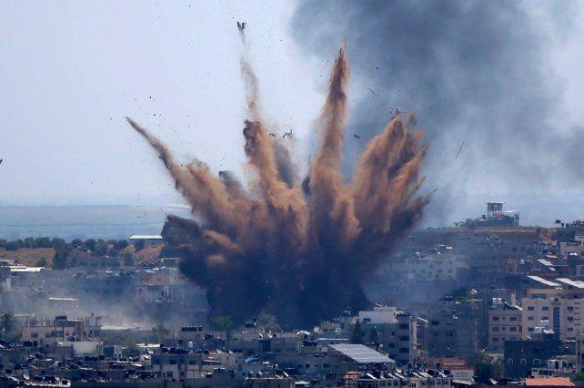 El humo se eleva tras ataques aéreos israelíes contra un edificio en la ciudad de Gaza. La violencia judío-árabe ayer se prolongó.