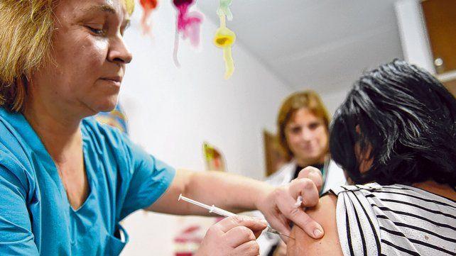 inoculación. Las vacunas buscan generar inmunidad adquirida contra una enfermedad estimulando la producción de anticuerpos.