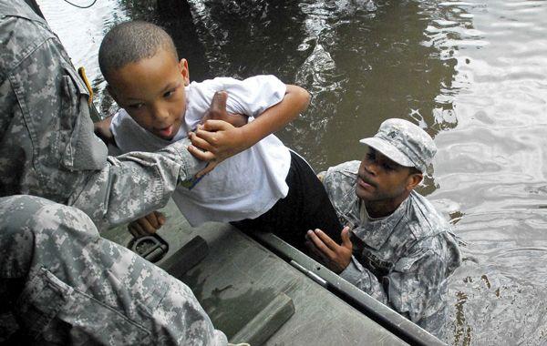 Un niño fue evacuado por el Ejército ayer en Luisiana