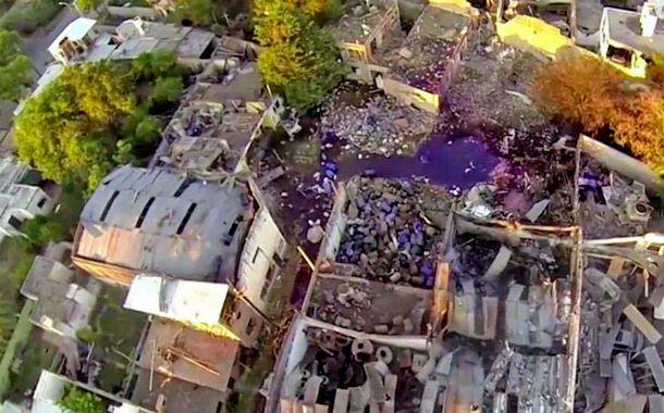 Altura. La imagen captada por un drone muestra el pozo provocado por la explosión. Hubo 16 viviendas con daños casi totales y riesgo de derrumbe.