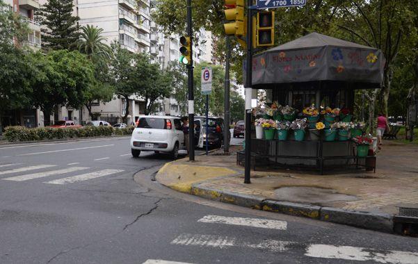 Caso emblemático. En Laprida y Pellegrini autorizaron la colocación de un puesto de flores justo sobre el acceso a la rampa.