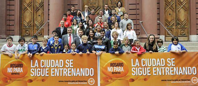 El palacio de los capitanes. Los referentes de los equipos junto a los chicos de cada club posaron con la intendenta en la Municipalidad. (Foto: Sebastián Suárez Meccia)