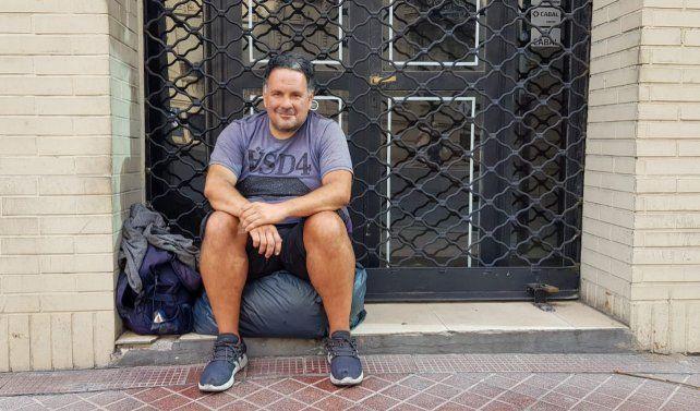 Diego, 40 años, está desde hace semanas en la esquina de Corrientes y San Lorenzo. Dice que sabe trabajar en obras de construcción y pintar. Espera que alguien lo contrate para alguna changa.