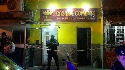 El negocio de Ayacucho al 3900, custodiado por efectivos de la policía.