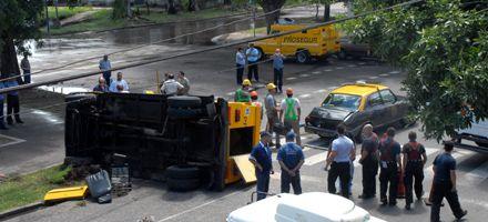 Pichincha: volcó un camión de caudales y su conductor quedó atrapado
