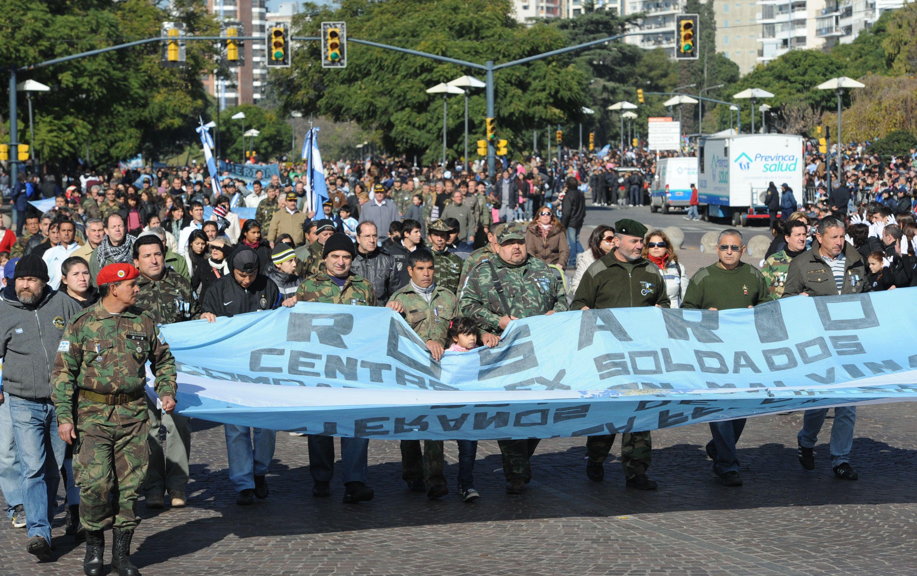 Los ex combatientes durante uno de los defiles en el Dia de la Bandera. (Foto de archivo)