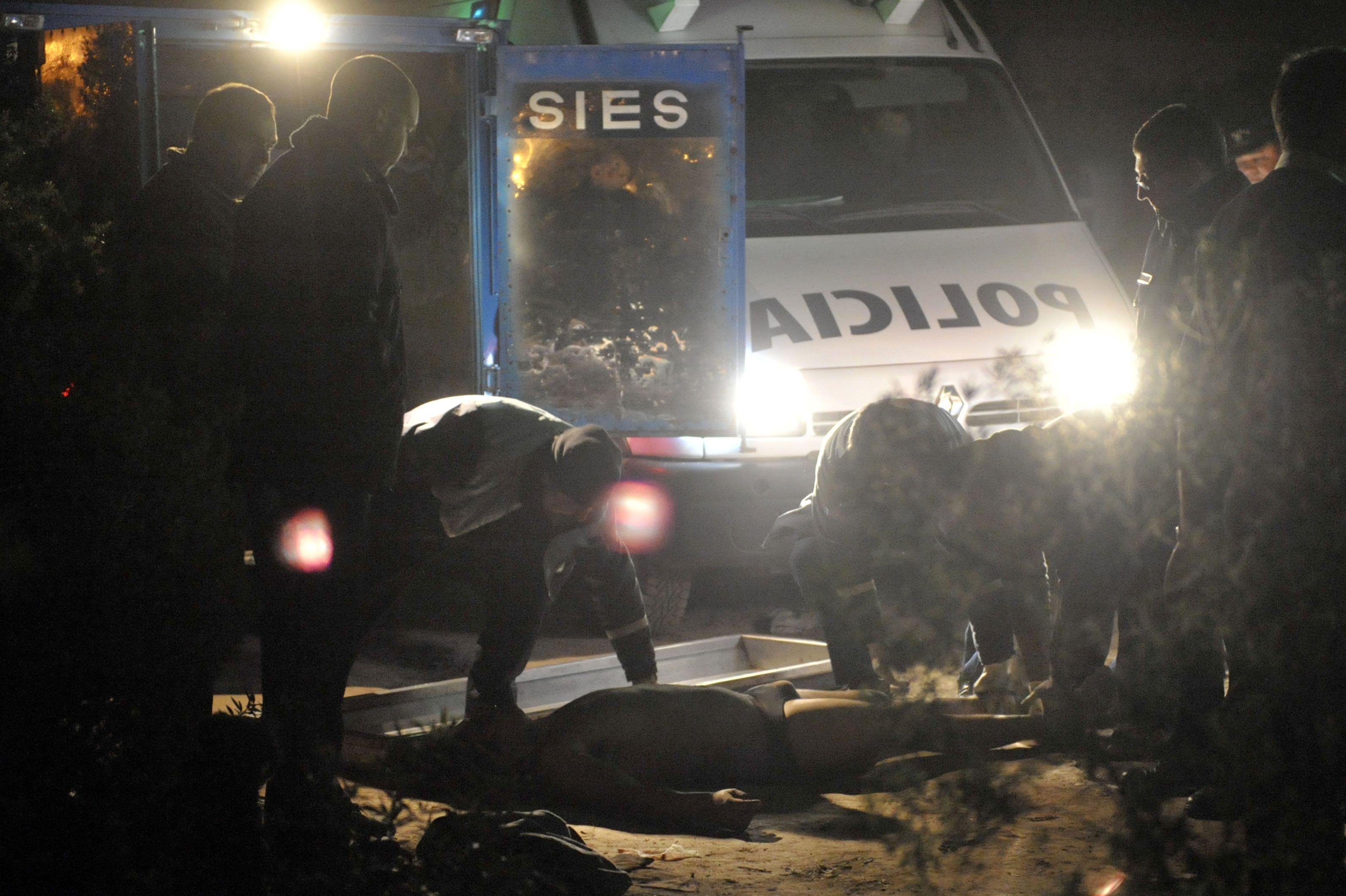 La policía trabaja en la escena del crimen
