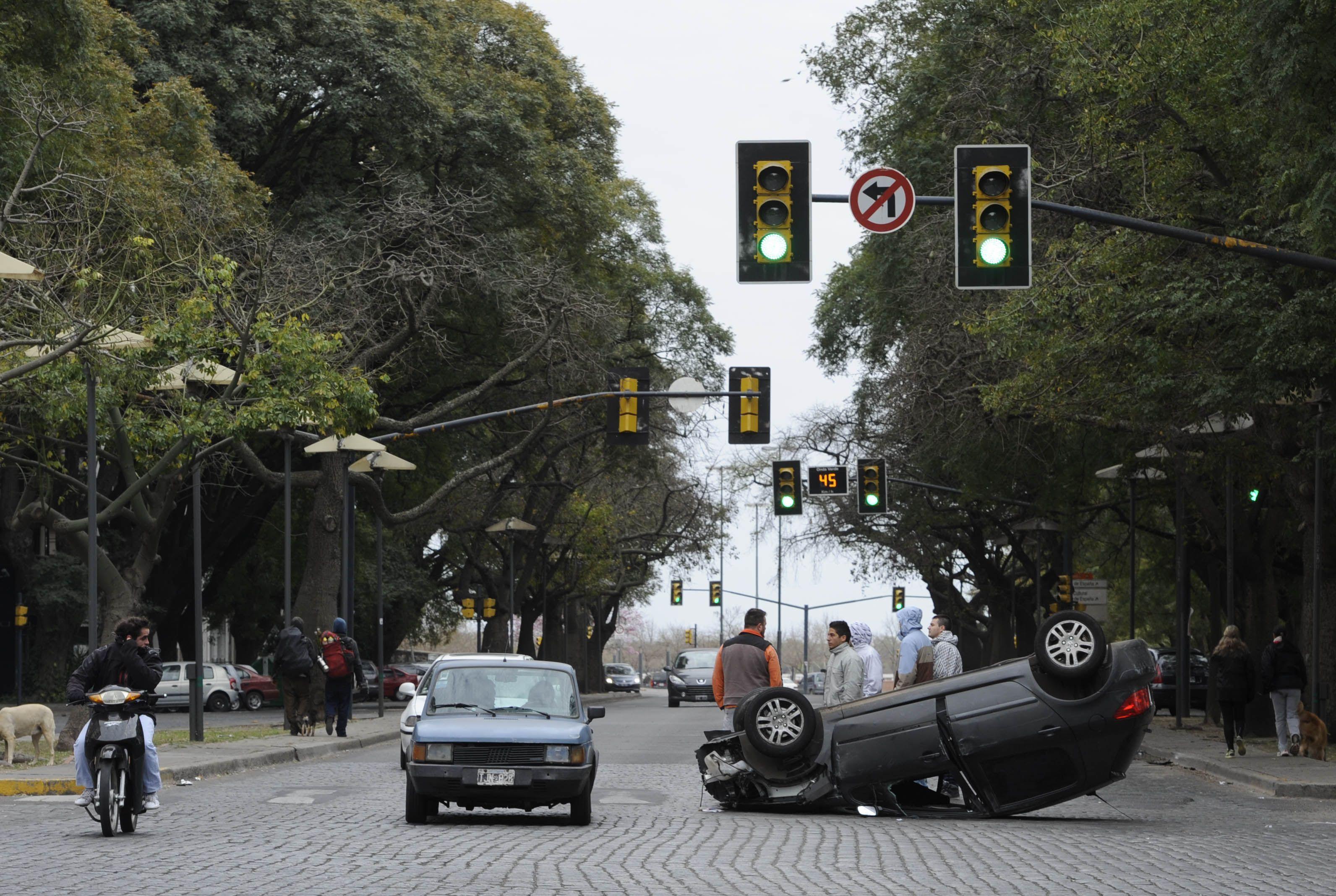 Así quedó uno de los automóviles. Los semáforos estaban en funcionamiento. (Foto: M. Bustamante)