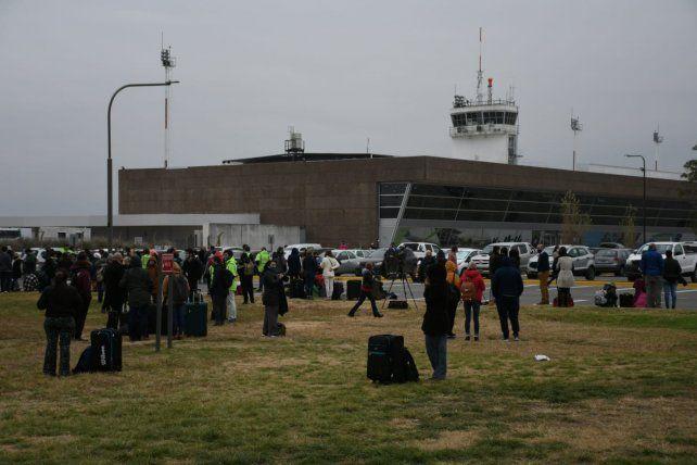 La actividad en el Aeropuerto Internacional Islas Malvinas de Fisherton fue evacuada por una amenaza de bomba que habría realizado el un pasajero que estaba realizando check-in.