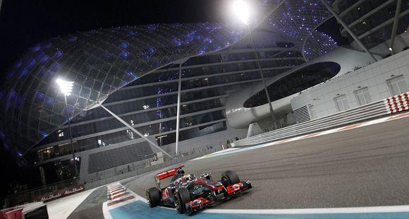 El campeón Vettel abandonó en la primera vuelta de Abu Dhabi y aprovechó Hamilton