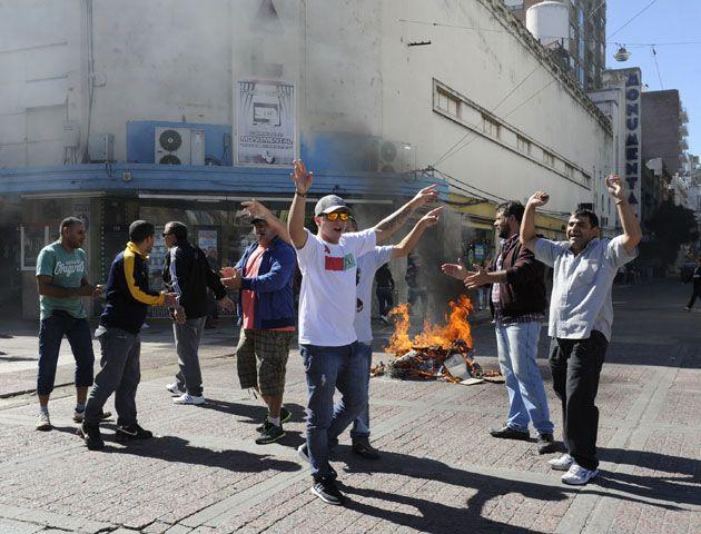 Los manifestantes protestan en la peatonal San Martin y San Luis para impedir el tránsito de los vehículos. (Foto:S: MECCIA)