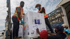 EMBARQUE. Cajas con dosis de AstraZeneca son descendidas en el aeropuerto de la nación africana de Somalia.