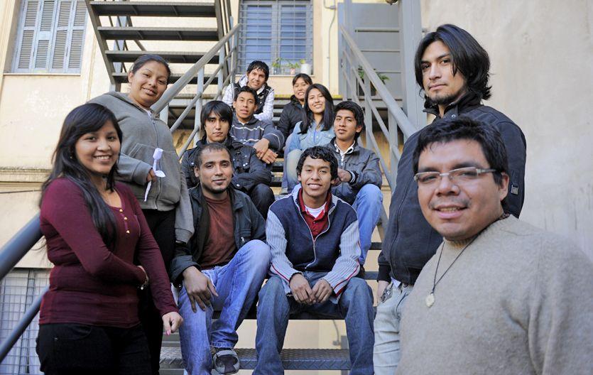 Algunos de los estudiantes indígenas que cursan el secundario y la facultad en la UNR. (Foto: C. Mutti Lovera)