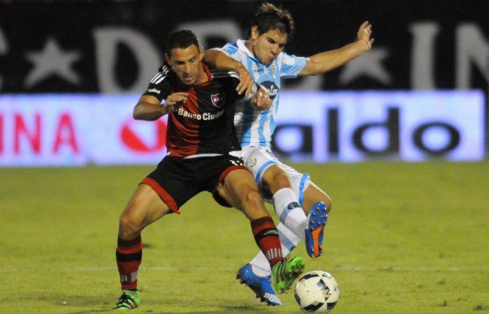 Maxi Rodríguez protege el balón ante un defensor.