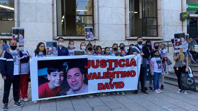 Amigos y allegados a la familia Pizzorno Díaz se concentraron frente a los Tribunales provinciales para reclamar que el conductor quede detenido.