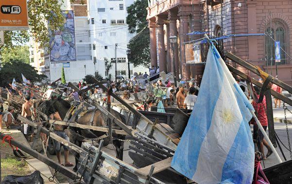 Reclamo. Los carreros manifestaron ayer sus quejas en la Plaza 25 de Mayo y en el Concejo Municipal. (foto: Francisco Guillén)