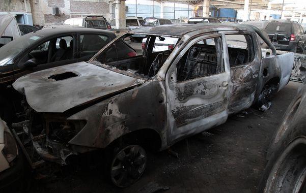 Incendiada. La Toyota Hilux en la que iba Carlos Honores fue encontrada quemada en un basural de Cabín 9.