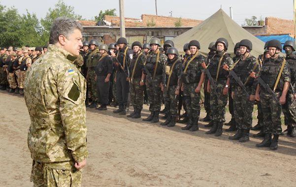 Revuelta armada. El presidente ucraniano pasa revista a unas tropas.
