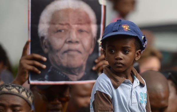 Oración y reflexión. Miles de sudafricanos rinden tributo al líder antiapartheid frente a la casa donde murió.