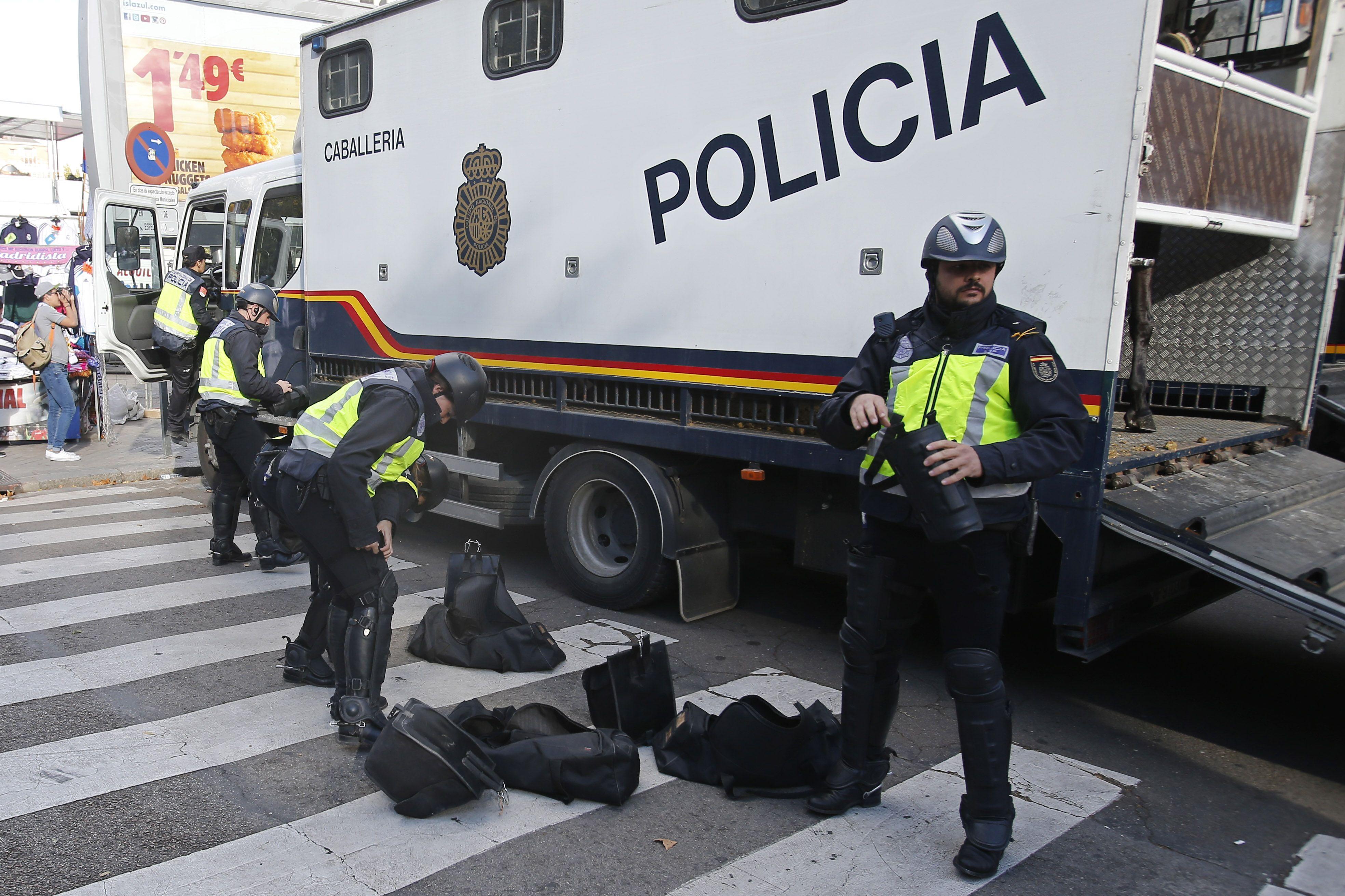 Policía militar española en las inmediaciones del estadio Santiago Bernabeu. (Foto Reuters)