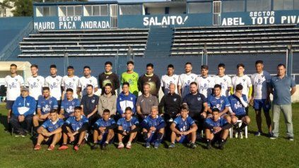 Listo para jugar. La tradicional foto del plantel que se realizó ayer en el renovado José Martín Olaeta. Argentino vuelve a jugar luego de 4 meses y el debut es ante Yupanqui.