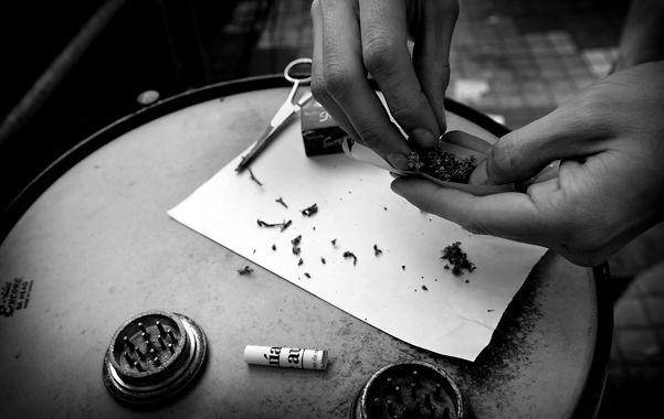 Armado de cigarrillos. En los últimos años la adicción a la marihuana creció 10 veces