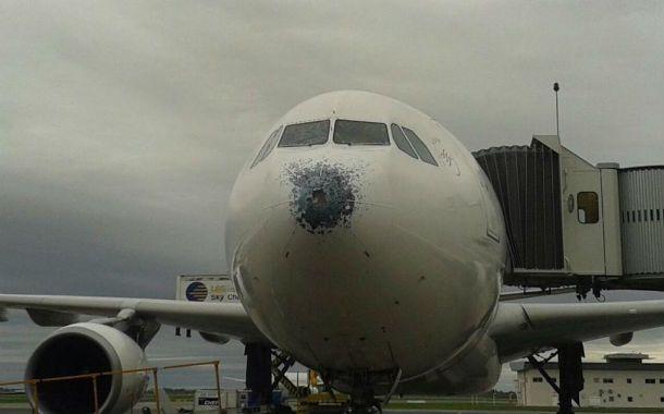 Así quedó el Airbus 330 de Air Europa tras sortear la tormenta de granizo en Buenos Aires.