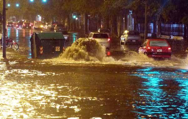 Parecía un arroyo. En Alberdi y Juan B. Justo la avenida se llenó de agua.