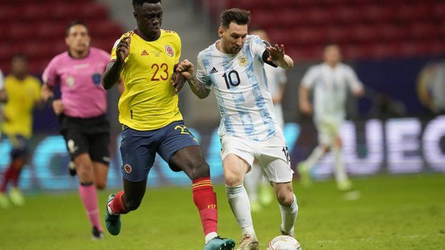 Lionel Messi y el colombiano Davinson Sánchez luchan por el balón. AP Photo / Andre Penner