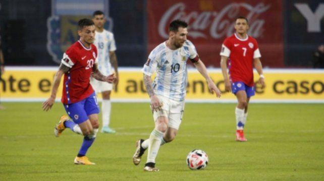 Lionel Messi encara al área chilena seguido por Charles Aránguiz.