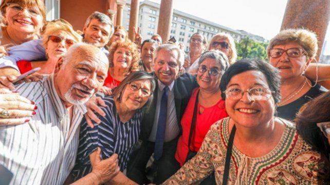 En la rosada. Fernández recibió a jubilados en la Casa de Gobierno.