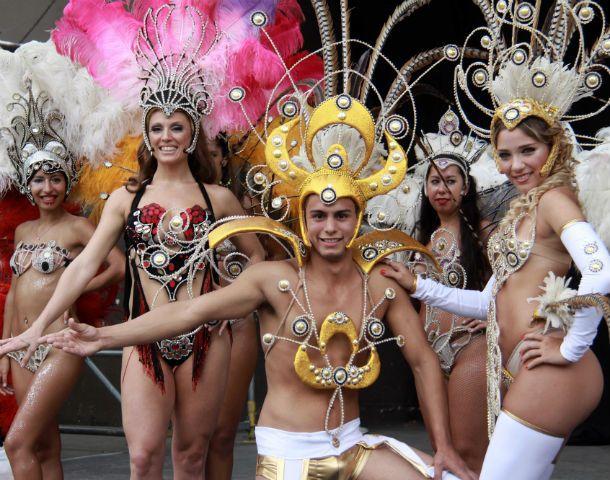 A puro brillo. El color y la fiesta del Rey Momo se presentaron ayer en el Anfiteatro del parque Urquiza.