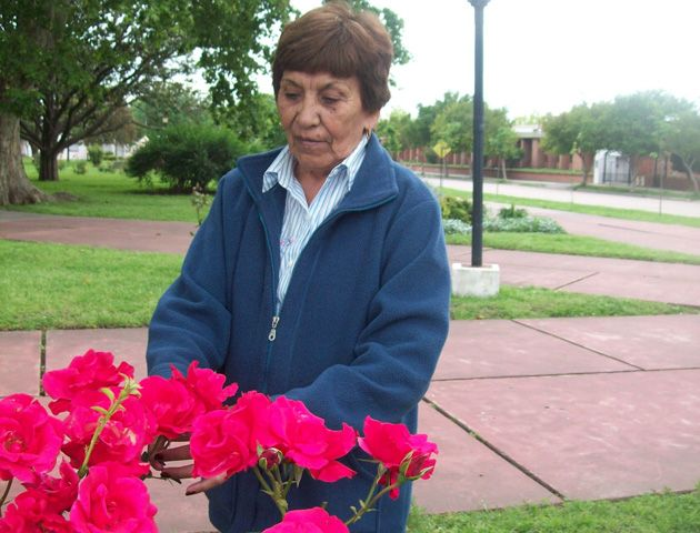 Ruperta Bravo en la plaza de Murphy. Hace 40 años recorría las calles de tierra del pueblo vendiendo leche.