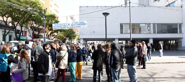 Esta mañana los trabajadores municipales se movilizaron frente a la Maternidad Martin llevando sus reclamos. (Foto: C. Mutti Lovera)