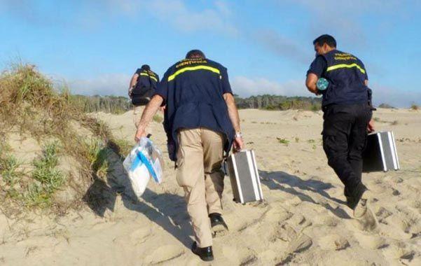 sabuesos. Los policías uruguayos encontraron la mochila enterrada en la arena