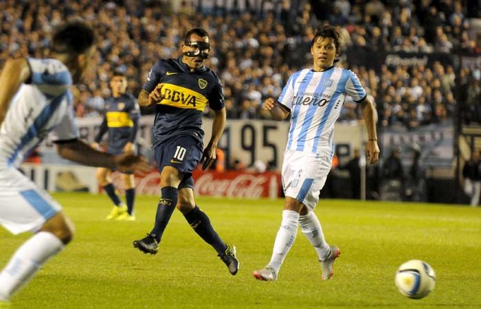 El hombre de la máscara. La protección de Carlitos Tevez fue la gran atracción para los camarógrafos.