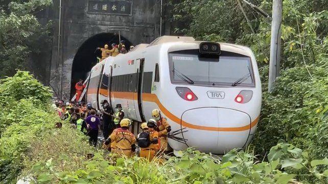 El tren siniestrado en Taiwán se encontraba atravesando un túnel al momento del impacto.