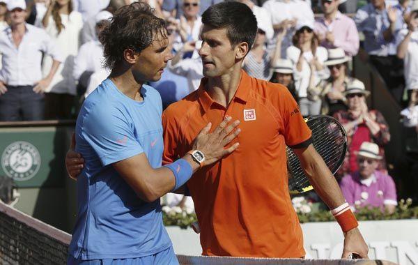 Nadal saluda a Djokovic tras ser eliminado en el polvo de ladrillo de Roland Garros.
