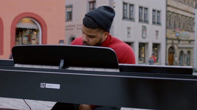 Un piano hecho con 17 celulares, una original idea para Navidad
